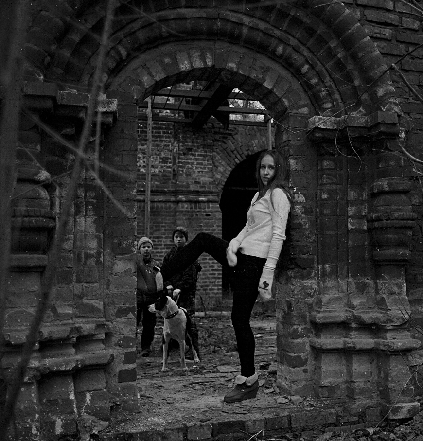 девочка среди руин костромской церкви