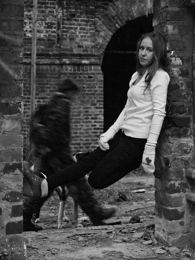 девочка среди руин костромской церкви и приведение в валенках