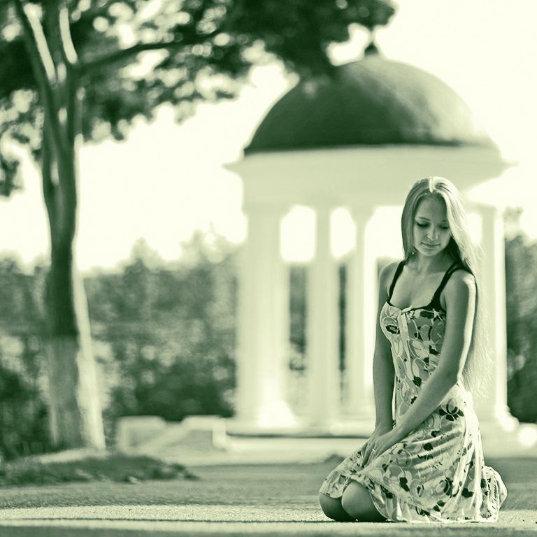 Мария на фоне беседки Островского в Костроме